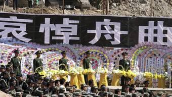 Stille Ehrerbietung für die Opfer des Erdrutsches in der Provinz Gansu