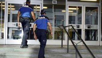 Polizisten vor dem Gerichtsgebauede in Lugano