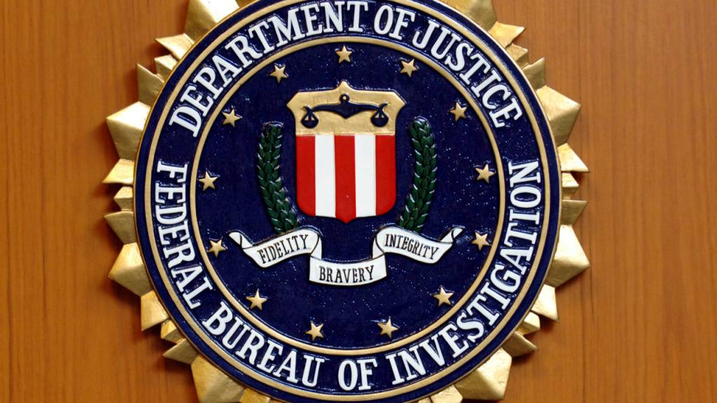 ARCHIV - Das Wappen des Federal Bureau of Investigation (FBI) des US-Justizministeriums hängt in der US-Botschaft in Berlin. Foto: picture alliance / dpa