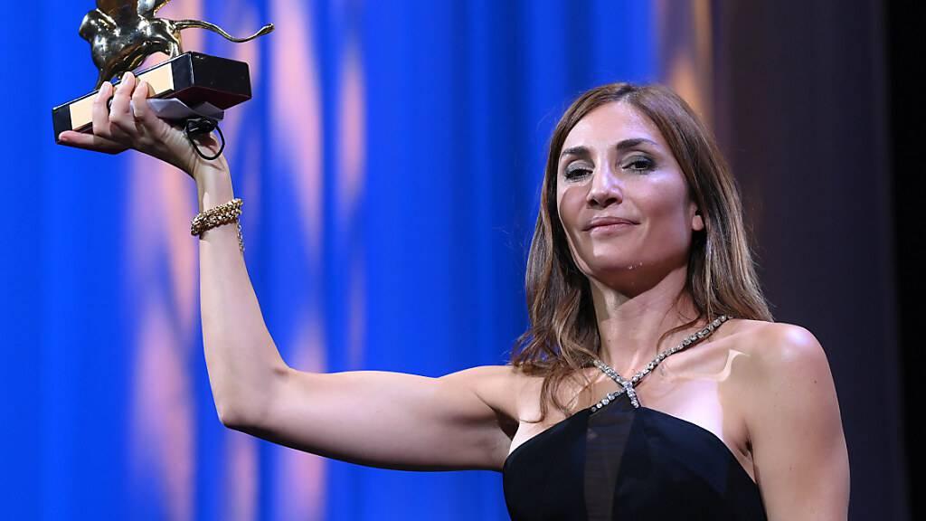 Audrey Diwan, Regisseurin aus Frankreich, hält den Goldenen Löwen für «Happening» («L'événement») während der 78. Ausgabe der Filmfestspiele von Venedig. Foto: Gian Mattia D'alberto/LaPresse via ZUMA Press/dpa