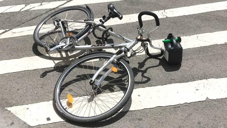 Der Fahrradfahrer ist jetzt im Spital. (Symbolbild).
