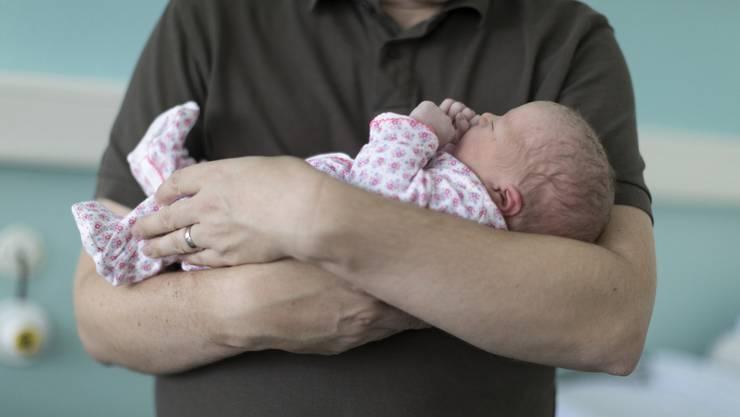 Der Vater versuchte die Säuglinge zu beruhigen. (Symbolbild)