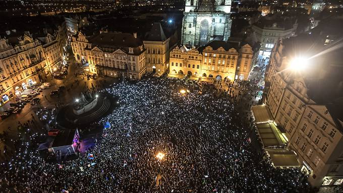 Tausende Menschen forderten auf einer Demonstration in Prag den Rücktritt von Ministerpräsident Andrej Babis, gegen den die Polizei wegen Korruptionsverdachts ermittelt.