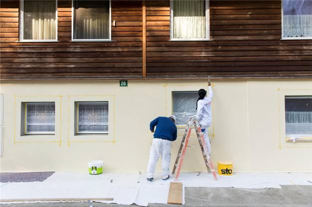 Noch sind Maler dabei, die durch das Unwetter verursachten Schäden an der Hausmauer zu reparieren und neu zu streichen.