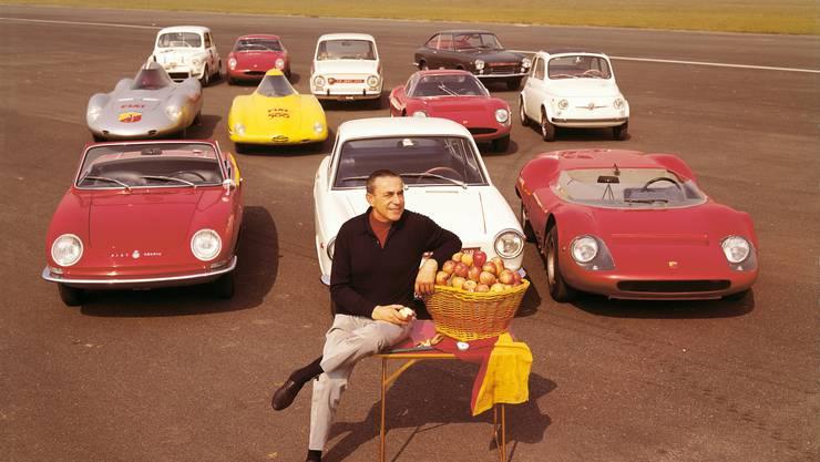 Der 1979 in Wien verstorbene Carlo Abarth mit einigen seiner Kreationen. Bild: zvg