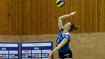 Maja Storck, Topskorerin von Sm'Aesch Pfeffingen, beim Aufschlag.