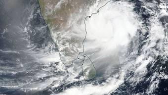 """Das Satellitenbild der Nasa zeigt den Zyklon """"Fani"""", der sich der indischen Ostküste nähert. Es wird erwartet, dass er am Freitag mit Windgeschwindigkeiten von bis zu 200 Kilometern pro Stunde nahe der heiligen Stadt Puri auf das indische Festland trifft."""