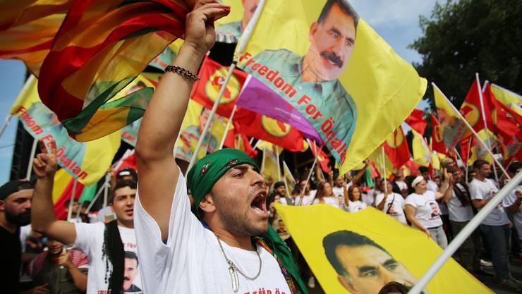 Knapp 30'000 Kurden demonstrieren in Köln für die Freilassung des PKK-Anführers Abdullah Öcalan.