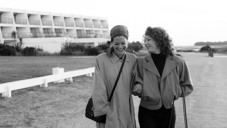 """Szene aus """"3 Tage in Quiberon"""". Mit zehn Nominierungen ist der Film Favorit beim Deutschen Filmpreis. Unter anderem sind Marie Bäumer (l) und Birgit Minichmayr (r) Kandidatinnen. (Archivbild)"""
