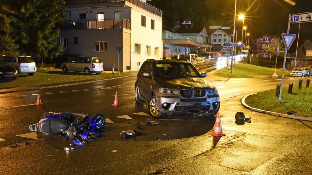 Autofahrer kollidiert mit Töff – Motorradfahrer schwer verletzt