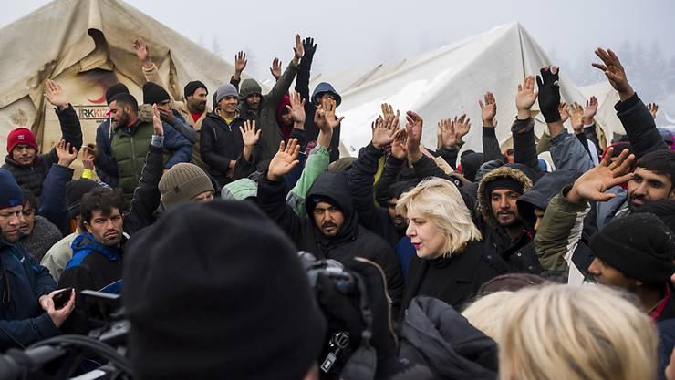Beim Besuch der Menschenrechtskommissarin des Europarates, Dunja Mijatović, im bosnischen Migranten- und Flüchtlingslager Vućjak ist es zu Protesten gekommen