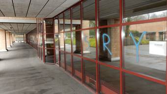 Die Sprayereien am Engerfeld-Schulhaus werden schnellstmöglich entfernt.