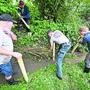 Körperlicher Einsatz war gefragt: Mitglieder des Fischereiverbands Lüsslingen-Bellach und Freiwillige des WWF am Werk. Bild: Oliver Menge