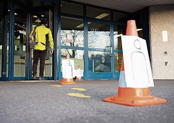Marcel Ruf, Direktor der Justizvollzugsanstalt Lenzburg, hat die Massnahmen auf den Treppen, in den WC und vor dem Eingang mit seiner Handykamera dokumentiert.