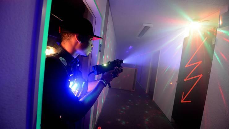 Entgegen vielen Befürchtungen ist Lasertag absolut harmlos: Anders als der Name vermuten lässt, schiessen die Waffen bloss mit Infrarot-Strahlen. (Archiv)