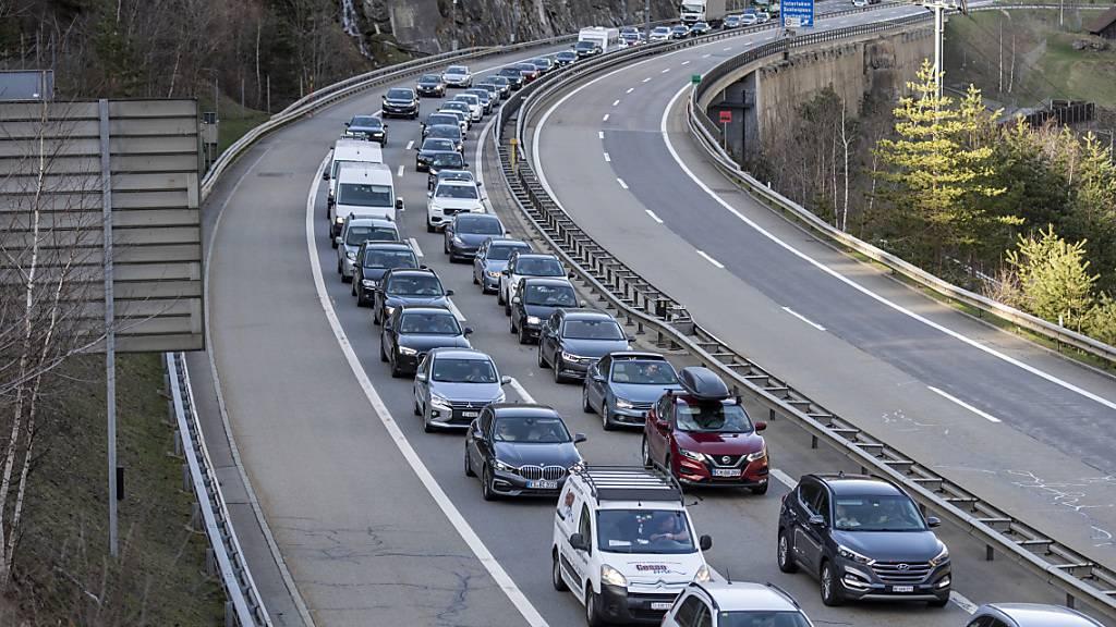 Ein gewohntes Bilder: Der Reiseverkehr staut sich vor dem Gotthardtunnel der A2 zwischen Göschenen und Amsteg Richtung Süden. (Archivbild)