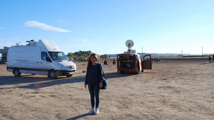 Anil Akman steht an einem Beobachtungsposten in Çaykara. Im Hintergrund sind Fernsehteams stationiert, in der Ferne liegt Kobane.