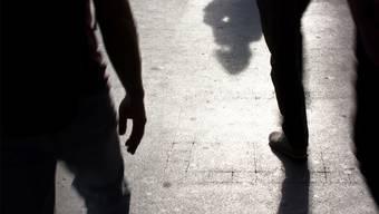 Ein 19- und ein 20-jähriger Mann befanden sich von der Dreirosenanlage kommend auf dem Weg nach Hause und wurden zu Boden geschlagen. (Themenbild Shutterstock)