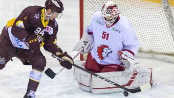 Lausannes Goalie Tobias Stephan wehrt sich gegen den Genfer Tim Bozon