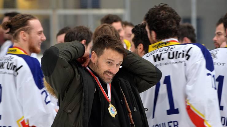 Zuchwils Trainer Manfred reinhard mit der Medaille des Gruppensiegers.