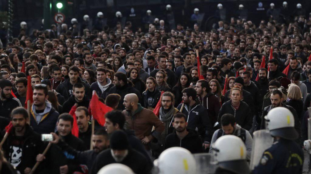 Nach Polizeiangaben zogen rund 15'000 Teilnehmer der jedes Jahr stattfindenden Demonstration zur Botschaft der USA.