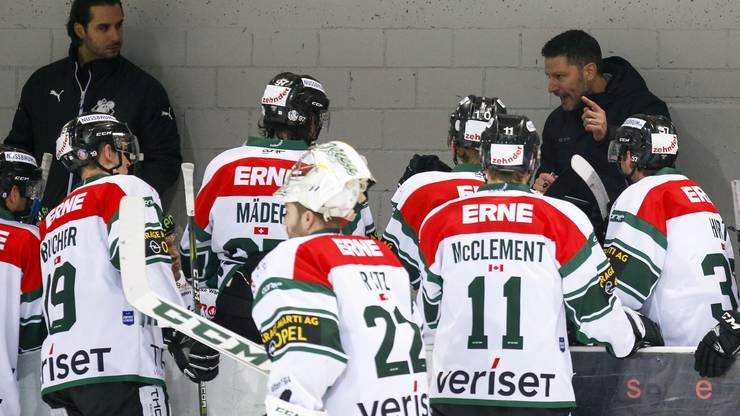 Assistenztrainer / Goaliecoach Michael Tobler, Trainer Chris Bartolone (Olten) und das Team während dem Timeout