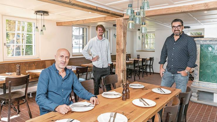 In der Gaststube: Die Pächter Naim Jaha (l.), Artan Berisha (r.) und Architekt Dominik Kunz freuen sich auf die Wiedereröffnung des Restaurants.