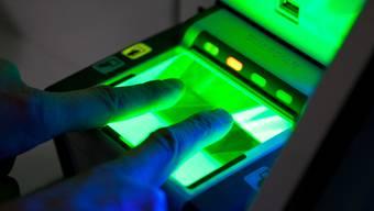 Für den biometrischen Pass werden zwei Fingerabdrücke registriert.