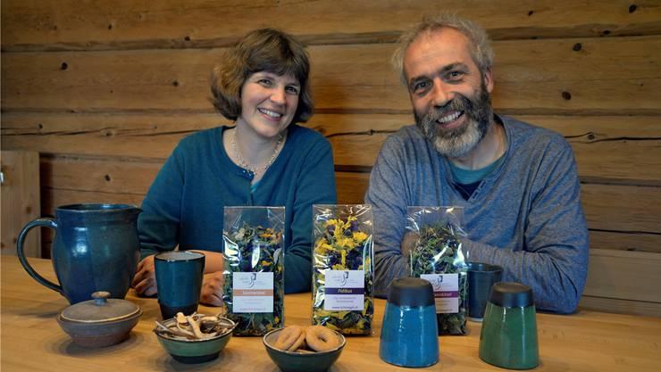 Viel Handarbeit, nicht nur bei der Keramik: Sämtliche Kräuter für ihren Tee pflanzen und pflücken Andrea Elsener Rieder und Philipp Rieder-Elsener in Oensingen selbst.