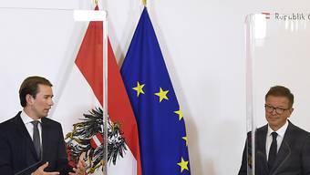 Sebastian Kurz (ÖVP, l), Bundeskanzler von Österreich, und Rudolf Anschober (Grüne), Gesundheitsminister von Österreich, sprechen nach dem Ministerrat im Bundeskanzleramt bei einer Pressekonferenz. Foto: Robert Jaeger/APA/dpa