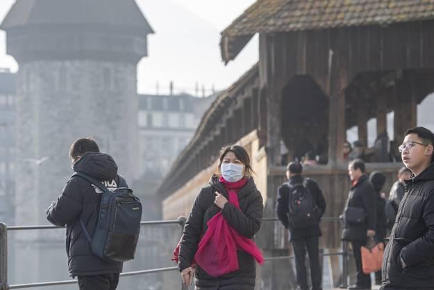 Chinesische Touristen auf der Kapellbrücke in Luzern.