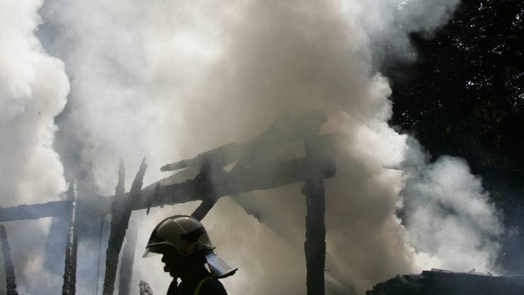 Der Rauch drang aus dem Keller des Mehrfamilienhauses. (Symbolbild)