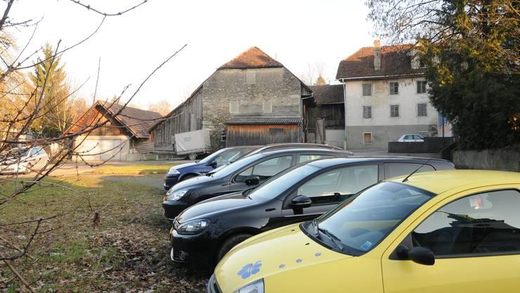 Schlecht unterhaltene Gemeindeliegenschaften auf dem IBW-Areal, Gratis-Parkplätze. Toni Widmer