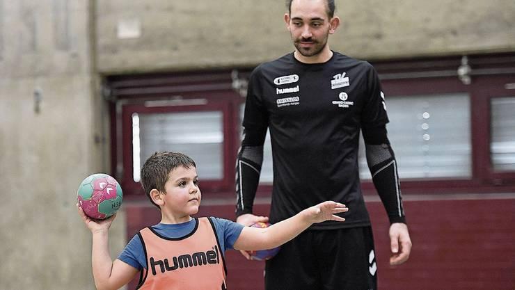 Der kanadische Profi Justin Larouche, der neue Topskorer des TV Endingen, im Training mit den Kleinsten. Endingens Profigoalie Vit Schams zeigt den jüngsten Spielern der U9-Mannschaft, wie es geht.