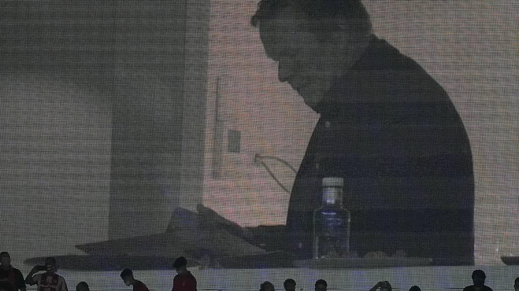 Trainer Ronald Koeman muss die Partie aufgrund einer Sperre von der Tribüne verfolgen - trotz des erneuten Dämpfers stärkt ihm Präsident Joan Laporta den Rücken