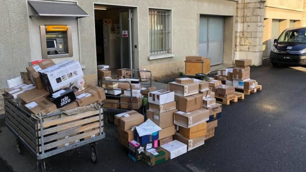 Feldpostpakete stapeln sich auf dem Waffenplatz in in Bière VD.