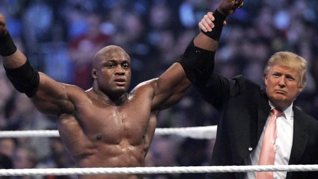 Donald Trump reisst im April 2007 den Arm von Wrestler Bobby Lashley nach einem gewonnenen Kampf in die Höhe. (Archivbild)