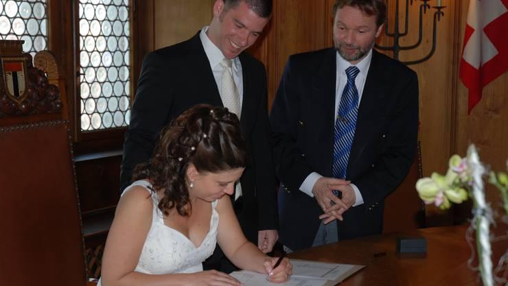 Im Tagsatzungssaal in Baden bittet Albert Conrad, Leiter Zivilstandsamt, das frisch verheiratete Brautpaar Matthias und Nicole Gotter zur Unterschrift
