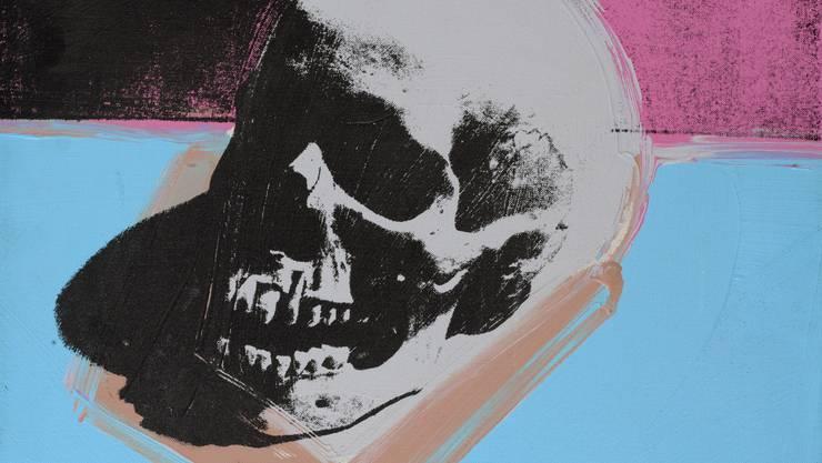 Zu sehen ist unter anderem der Totenschädel von Andy Warhol