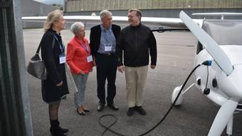Hans Marthaler (rechts) erklärt Regierungsrätin Brigit Wyss (links) sowie Grenchens Bürgergemeindepräsident Franz Schilt und seiner Frau Trudi das Elektroflugzeug Pipistrel Alpha.