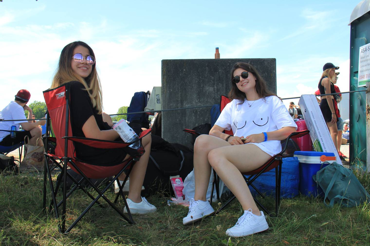 Anina und Aurora haben sich beim Warten die Beine gewachst
