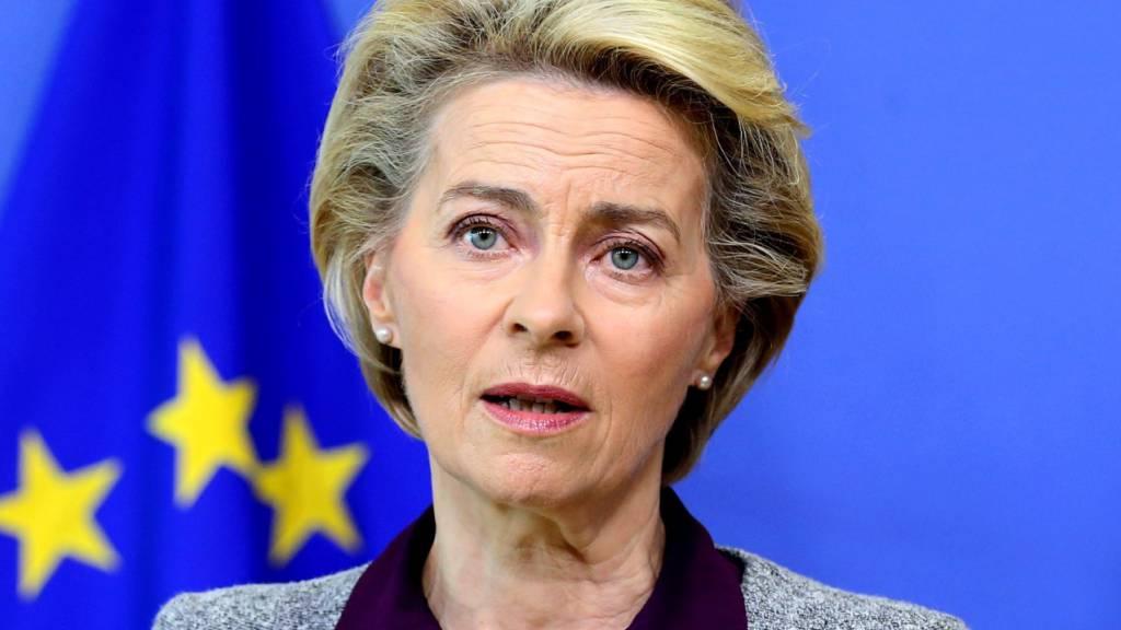 ARCHIV - Ursula von der Leyen (CDU), Präsidentin der Europäischen Kommission, spricht auf einer Pressekonferenz im EU-Hauptquartier. Von der Leyen hat Großbritannien zur Einhaltung des Brexit-Austrittsvertrages aufgefordert. Foto: Francois Walschaerts/AFP POOL/AP/dpa