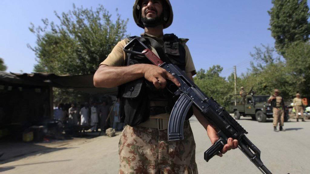 Ein Mitglied der pakistanischen Sicherheitskräfte bei Peshawar. Nach einer mehr als eineinhalbjährigen Phase der Ruhe erlebt Pakistan in den vergangen Wochen wieder eine Serie schwerer Anschläge.