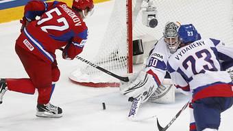 Goalie Jan Laco pariert gegen Sergei Schirokow.