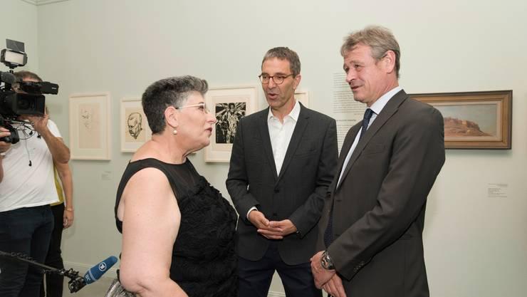 Jean-Daniel Ruch (rechts), Schweizer Botschafter in Israel, mit Museumsdirektor Ido Bruno und Kuratorin Shlomit Steinberg.