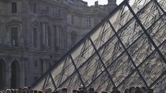 Ein Teil des Louvre musste am Samstag evakuiert werden, weil im Keller eines benachbarten Kaufhauses Feuer ausgebrochen war. (Archivbild)