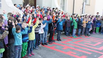 Vor zwei Jahren wurde das über hundertjährige Schulhaus in Staufen saniert und im Beisein der gesamten Schülerschar feierlich eingeweiht.