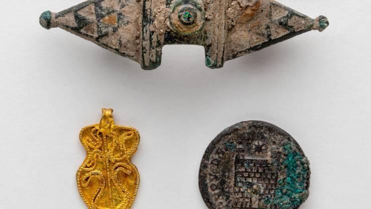 In Altdorf entdeckten Archäologen eine Gewandspange (oben) und eine Münze (rechts) aus der Römerzeit, sowie einen goldenen Anhänger (links) aus dem 6. bis 7. Jahrhundert.