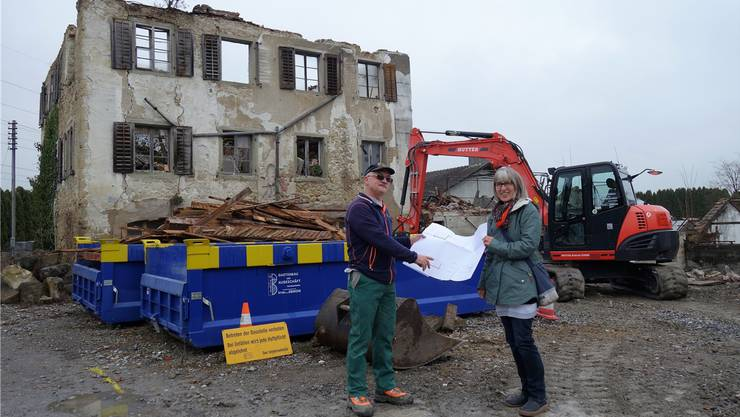 Urs und Silvia Birrer freuen sich, endlich loslegen zu können. Im Hintergrund das alte Wohnhaus von Maira und Hans Bräm.