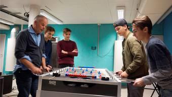 Vor 2016 hatte Bellach bereits eine Jugendarbeit. Seither ist das Projekt jedoch in einer Zwangspause. Im Bild: Der ehemalige Jugendarbeiter Andreas Tiersbier (links) mit Jugendlichen im Jugendraum Bellach.